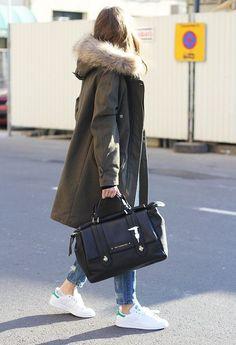 Mode damen-parka-winter-mode-kombinieren-jeans-weisse- Do you need new cabinet hardware? Parka Outfit, Winter Fashion Outfits, Fall Winter Outfits, Autumn Fashion, Casual Winter, Winter Wear, Winter Dresses, Hooded Parka, Parka Coat