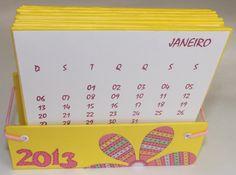Calendário de mesa 2013, confeccionado com papel holler e folhas de scrapbook. Presente simples e bonito!...