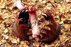 Easy make fake bear trap (or human trap! Halloween Rocks, Halloween Zombie, Zombie Party, Homemade Halloween, Halloween 2016, Halloween House, Halloween Cosplay, Halloween Stuff, Holidays Halloween