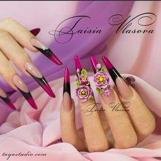 Дизайн ногтей формы стилет от нейл-стилиста Таисии Власовой. Среди элементов декора, которыми представлен этот вариант искусственных ногтей имеют место: акриловая лепка, художественная роспись и инкрустация стразами