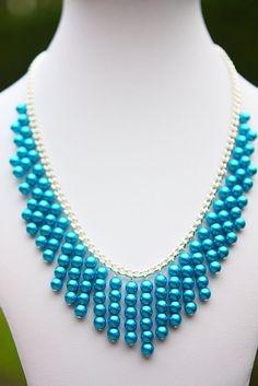 Un magnífico cristal azul perlas de collar hecho a mano con cada grano individual añadido a la cadena. Este collar mide aprox. 16-19 pulgadas