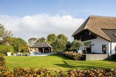 De verbouwing van de landelijk gelegen klassieke boerderij was rigoureus. Waar de buitenschil van het uit 1849 stammende Rijksmonument voor een zeer groot gedeelte intact bleef, werd binnenshuis een compleet nieuw interieur gerealiseerd. Geluksmomenten In niet meer