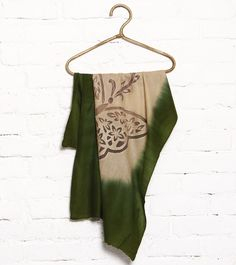 Vuala Royale is a traditional brand that offers exclusive shawls and stoles in rich fabrics.