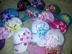 gorras decoradas con cinta - Buscar con Google Baby Wedding, Home Wedding, Headband Crafts, Headbands, Headband Hairstyles, Diy Hairstyles, Hair Barrettes, Hair Bows, Diy And Crafts