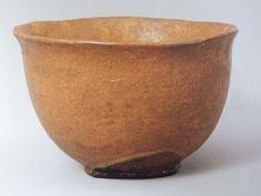 5、「道成寺」 個人蔵  ここからはあまり知られていない茶碗です。この茶碗は少し光悦がつくりそうな面白い形をしています。銘から察するに、鐘をひっくり返した形を想起してほしいのでしょう。詳しくは「道成寺縁起」で調べてみてください。