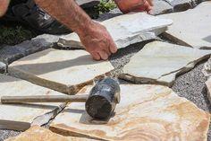 Wer seiner Terrasse eine natürliche Optik mit leicht rustikaler Note verleihen möchte, kann anstelle von Holz oder Fliesen auch Polygonalplatten verlegen. Polygonalplatten sind Platten aus Natur- oder Kunststein, die sich durch ihre unregelmäßigen Formen kennzeichnen. Das Verlegen von Polygonalplatten erfolgt ähnlich wie das Verlegen von Fliesen und sollte auch dem Heimwerker ohne größere Schwierigkeiten gelingen. Entscheidend ist aber eine sorgfältige Vorbereitung des Untergrunds. Die…