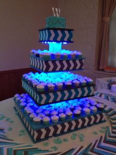 Using glow Sticks to light up cupcake stand.or use battery operated led lights. Cake And Cupcake Stand, Cupcake Display, Cupcake Cakes, Cup Cakes, Dessert Stand, Glow Party, Diy Cake, Wedding Cupcakes, Do It Yourself Home