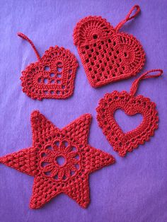 Christmas Hearts by yarn jungle Site states: Thread Crochet, Knit Or Crochet, Crochet Motif, Crochet Crafts, Yarn Crafts, Crochet Stitches, Crochet Projects, Crochet Patterns, Crochet Ideas