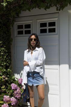 b6204678b7 Aimee canto de estilo vistiendo una falda de mezclilla vetements y camisa  blanca de gran tamaño