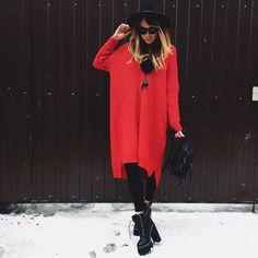 Девочки 😌😌😌 Ждём всех завтра на новую коллекцию 😍😍😍🔥🔥🔥 Свитер -платье крупной вязки❤️ украшение из песца , шляпа ,рюкзак из эко кожи , джинсы и ботинки на шнуровке 😈😈😈 Для заказа +79670082786