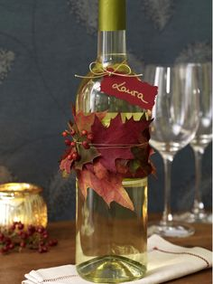 Kreieren Sie Ihren ganz persönlichen Wein für Ihre Liebsten mit einer originellen Herbstdeko mit Laub.