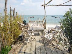 Salon de jardin en bois flotté -- Village de l'Herbe, Cap Ferret