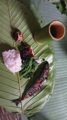 Fish and rice bamboo lunch #bidayuh #borneo #malaysia  #rainforest  #bamboo #salomavillagestay #malaysiancooking