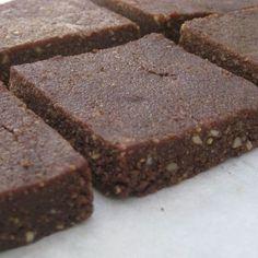 Ιδανική λύση για τσιμπολόγημα,... 80 γρ. καρύδα τριμμένη (Εάν δεν σας αρέσει η καρύδα μπορείτε να χρησιμοποιήσετε βρώμη) 120 γρ. αλατισμένα φυστίκια 80 γρ. καρύδια 80 γρ. φουντούκια 75 γρ. νερό 140 γρ. μέλι 35 γρ. κακάο 1 κ.γ εκχύλισμα βανίλιας 1 πρέζα αλάτι Easy Sweets, Sweets Recipes, Real Food Recipes, Cake Recipes, Snack Recipes, Healthy Sweet Treats, Healthy Sweets, Sweet Corner, Chocolate Sweets