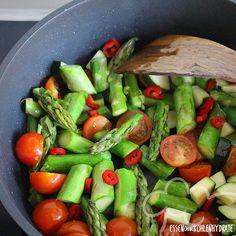 Low Carb Rezept für einen Spargel-Tomaten-Auflauf. Wenig Kohlenhydrate und einfach zum Nachkochen. Super für Diät/zum Abnehmen. Jetzt ansehen!