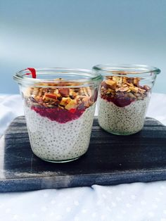 Chia porridge is the easiest breakfast if you don't have time to cook in the morning. You simply make it the night before and the next morning you just eat it straight out of the fridge. Chia Puding, Real Food Recipes, Yummy Food, Coconut Chia Pudding, Vegan Keto Diet, Just Eat It, Sugar Free Recipes, Pudding Recipes, Granola