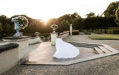 Vestido de noiva de Chanel Dror - modelo de renda com capa de tecido liso - decote ombro a ombro - noiva fashionista ( Foto: Sarah Falugo | Vestido: Amir Taghi )