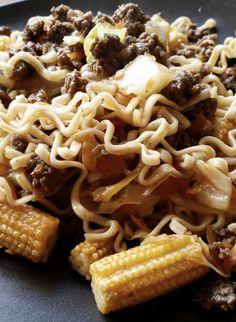 Familiemat- Nudler med kinesisk kjøttsaus.