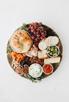How to Create the Ultimate Holiday Cheese Board-Sweet dreams are made of cheese, who am I to dissa-brie? Charcuterie Recipes, Charcuterie And Cheese Board, Charcuterie Platter, Cheese Boards, Food Platters, Cheese Platters, Antipasto, Vegetarian Cheese, Appetizer Recipes