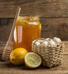 Česnek s medem je silná přírodní kombinace. Med dodá ostrému česneku lepší chuť a zesílí jeho léčivé účinky; Thinkstock