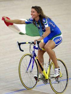Olimpiadi Sydney 2000 : Antonella Bellutti , medaglia d'oro nella corsa a punti femminile (Ansa)