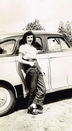vintage fashions style found photo casual pants shirt shoes hair, a young woman named Evelyn leaning against her car // (check out the rivets on the front pockets of her jeans! Vintage Love, Vintage Beauty, Vintage Ladies, Retro Vintage, Vintage Style, 1940s Fashion, Vintage Fashion, Monsieur Madame, Women Names