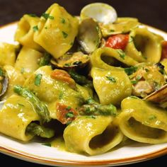 Asparagus and clam cream calamarata with cherry tomatoes - Al.ta Cucina, Food And Drinks, Asparagus and clam cream calamarata with cherry tomatoes - Al. Pasta Recipes, Dinner Recipes, Cooking Recipes, Asparagus Pasta, Italian Pasta, Clams, Cherry Tomatoes, Pasta Dishes, Italian Recipes