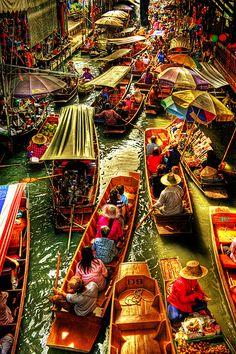 floating market on the Damnoen Saduak khlong, Damnoen Saduak district, Ratchaburi province, Thailand.