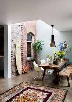 Project by ZW6 interior architecture, Jeroen van Zwetselaar, design, Spoorhuis, Railway house, Santpoort, interieur, binnenhuisarchitect, living, ontwerp, inspiratie, wonen, old/new, brick wall, art, inside/out, dining table, plants, kelim