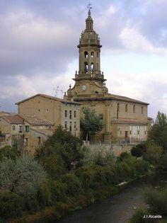 Iglesia de San Miguel en Cuzcurrita de rio Tirón, a los pies del monte El Bol. Provincia de La Rioja.  Este antiquísimo pueblo está atravesado por el río Tirón.