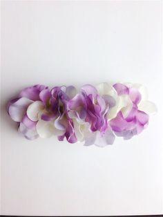 アジサイの花びらを敷き詰めたバレッタ。 いつものまとめ髪がフェアリーチックに☆幅:約11cm バレッタ金具:8cm素材:シルクフラワー、バレッタ金具購入の際の...|ハンドメイド、手作り、手仕事品の通販・販売・購入ならCreema。