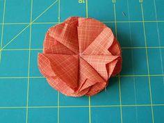 Veja como criar um detalhe bem lindinho para enfeitar suas madeixas!