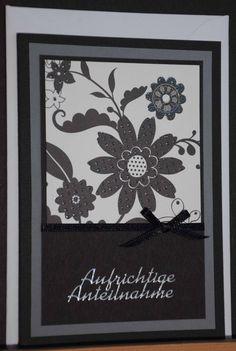 Trauerkarte aus hochwertigem Kartenpapier mit dekorativen Elementen aus verschiedenen Papieren, Satinband und Stickern. Die Karte wurde in Handarbeit gefertigt.