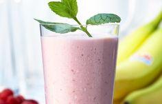 Himbeer-Smoothie  Zutaten für 4 Gläser: - 125 g TK-Himbeeren - 200 ml türkischer Joghurt - 1 Banane - 50 g Puderzucker (optional) - 1 Schuss Milch