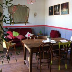 Aménager son séjour genre petit intérieur parisien années 80. N'oubliez pas les chaises bistrot!