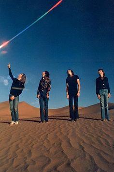 Primeiros tempos do Pink Floyd: Richard Wright, Roger Waters, Nick Mason e David Gilmour, em 1970, no deserto de Zabriskie Point, Death Valley (EUA), cenário do filme de Michelangelo Antonioni com trilha sonora da banda.