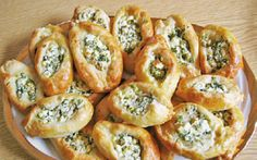 Leckere Schafskäse Brötchen, schmecken warm gut zu frischem Salat sind aber au… Delicious sheep's cheese rolls, taste good with fresh salad but are also perfect as a party snack. Party Finger Foods, Snacks Für Party, Lunch Snacks, Grilling Recipes, Snack Recipes, Cooking Recipes, Pizza Recipes, Drink Recipes, Brownie Recipes