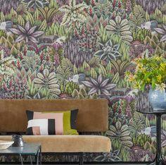 Un papier peint tropical orné de grandes fleurs et d'animaux de la jungle, Cole&Son chez Au fil des Couleurs