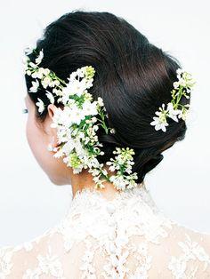クラシカルなシニヨンに愛らしい小花をあしらった大人のスウィートスタイル/Back