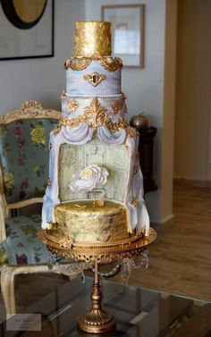 A touch of drama by Art Sucré by Mounia - http://cakesdecor.com/cakes/268642-a-touch-of-drama