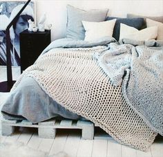 Cama producida a partir del reciclaje de pallets. Bed made of reciclyng pallets.