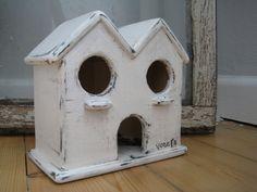 Zwar nichts für richtige Vögel, aber dafür umso mehr etwas für's Auge!  Ein kleines Vogelhäuschen, als Deko vor der Haustür oder auf Terrasse und...