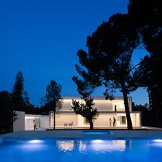 House Between the Pine Forest is a minimal family home located in Paterna, Spain, designed by Fran Silvestre Arquitectos to reflect the family's memories. Minimal House Design, Minimal Home, Beautiful Architecture, Modern Architecture, Minimalist Architecture, Forest Pictures, Pine Forest, Swimming Pool Designs, Facade