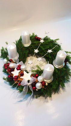 Adventní věnec.. bílo-červený Christmas Advent Wreath, Christmas Candle Decorations, Advent Candles, Christmas Tablescapes, Christmas Tree Themes, Christmas Love, Holiday Wreaths, Christmas Crafts, Holiday Decor