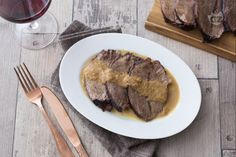 Il brasato al Barolo è un piatto tipico della cucina Piemontese, un secondo piatto dalla personalità molto decisa che conquisterà tutti i palati! Fett, Italian Recipes, Poultry, Slow Cooker, Main Dishes, Steak, Recipies, Pork, Lunch