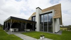 Rieten kap moderne dakkapel