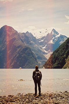 Elevo meus olhos para os montes de onde me vira o meu socorro ? Meu socorro vem do senhor que criou o céus ea terra