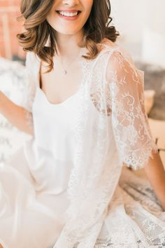 Getting ready wedding morning lace robe | Photography: Rhythm Photography