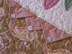 Prairie Points with buttons. I LOVE Prairie Points! They add great texture to a quilt or a visual point to wearable art. So much fun to make too. Quilting Tips, Quilting Tutorials, Machine Quilting, Quilting Projects, Quilting Designs, Sewing Projects, Quilting Board, Applique Designs, Quilt Boarders