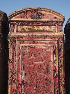 Decrepit red call box (http://nicolasmindsthegap.blogspot.co.uk/)